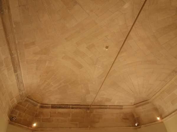 Vue générale de la voûte de vestibule de musée Calvet à Avignon