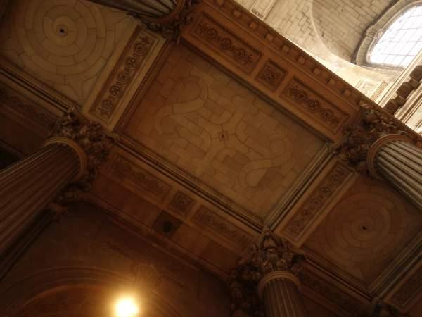 Vue générale de la voûte de travée centrale de la tribune d'orgue de église Saint-Sulpice à Paris