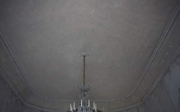 Vue générale de la voûte de grand salon de château à Barbentane