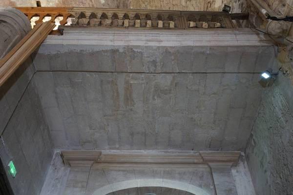 Vue générale de la voûte de travée nord de la tribune de église de la ville haute à Vaison-la-Romaine