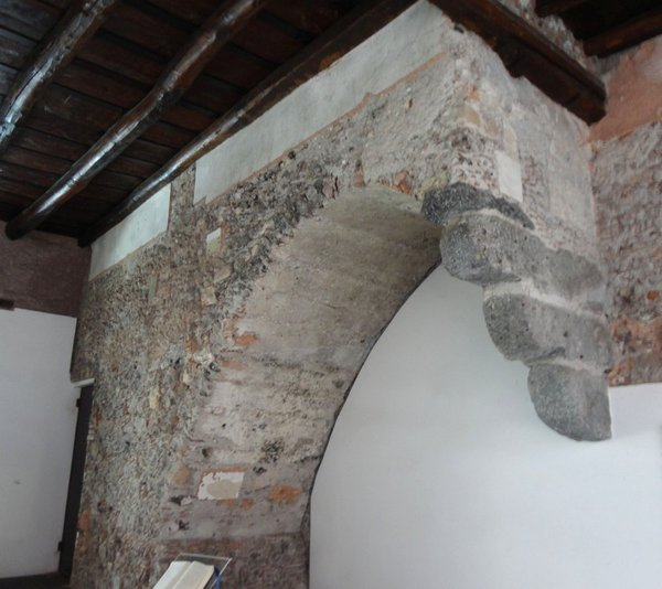 Escalier reposant sur une console, théatre romain, Catane, Sicile