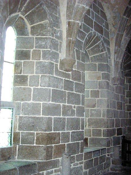 Chapiteau formant encorbellement en pied de voûte à l'abbaye du Mont Saint-Michel