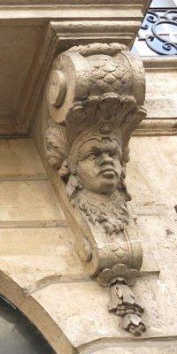 Console à tête humaine du 23 rue Danielle Casanova à Paris