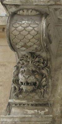 Console à tête du Lion du 8 rue de Valois à Paris