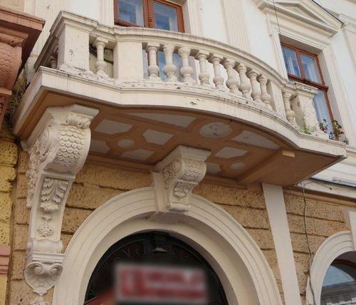 Balcon à consoles disymétriques à Chernivtsi en Ukraine