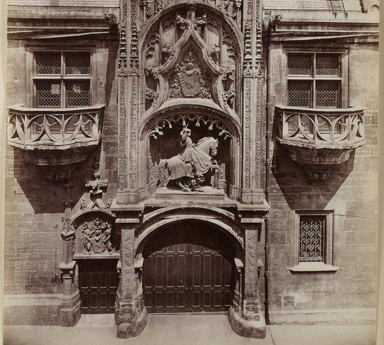 Plates-formes centrées sur cul-de-lampe et à garde-corps du Palais ducal de Nancy