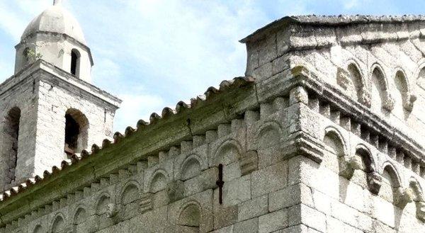 Corniche romane à arcature, de l'église paroissiale de l'Assomption à Santa-Maria-Figaniella en Corse du Sud